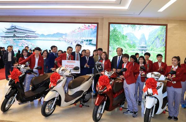 Honda VN tặng quà hơn 3 tỷ đồng cho Tuyển Bóng đá Việt Nam