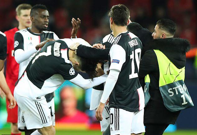 Ronaldo phẫn nộ vì bị fan cuồng lao vào sân tóm cổ