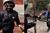 Mẹ con Bà Tân Vlog bị ném đá vì đăng clip cosplay thanh niên bôi mặt đen 'cầm đầu gà' xin tiền: Ủa, hổng có dzui!