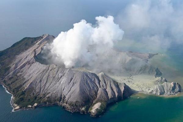 Núi lửa đột ngột phun trào, số người chết tăng vọt