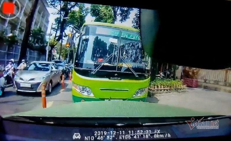 Xe buýt 'ngổ ngáo' lao ngược chiều trên phố Sài Gòn