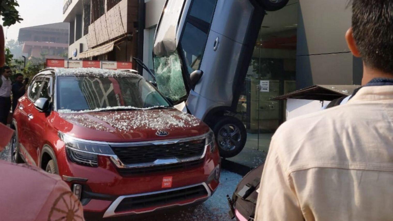 Nhầm số tiến và lùi, ô tô lao từ cửa sổ tầng 2 showroom xuống đất