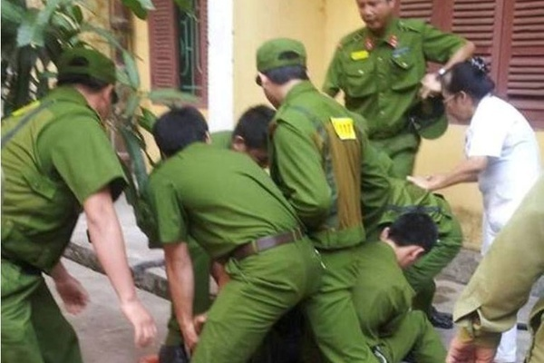 Cảnh sát chui lỗ thông gió giải cứu bệnh nhân bị khống chế, dọa giết