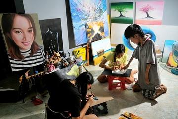 Đứa trẻ bị bỏ rơi năm xưa trở thành họa sĩ nổi tiếng