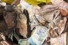 Nhặt được 600 triệu trong két sắt bỏ hoang, mang tất cả đi làm từ thiện
