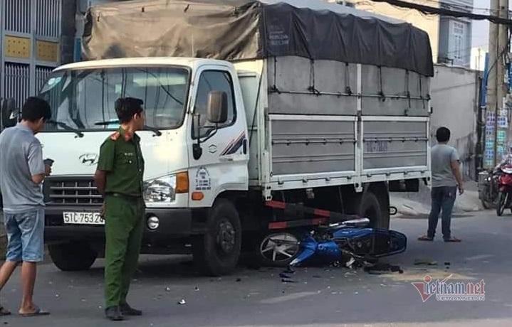 Con gái bị cướp điện thoại, cha lạc tay lái lao vào gầm ô tô ở Sài Gòn