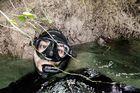 Nhiếp ảnh gia liều mạng chụp chung với trăn 'khủng'