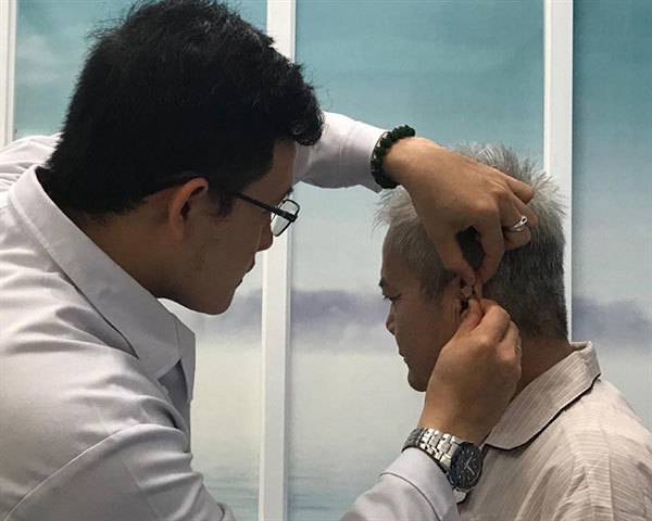 Institute's acupuncture treatment helps smoking addicts