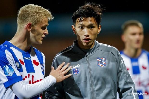 Văn Hậu dự bị, Heerenveen thua trận đầu trên sân nhà