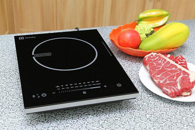 Nấu lẩu nên chọn nồi điện hay bếp từ để hiệu quả, lại tiết kiệm điện?
