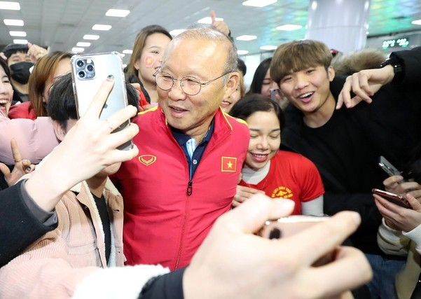 Fan nữ quây kín HLV Park Hang Seo ở Hàn Quốc