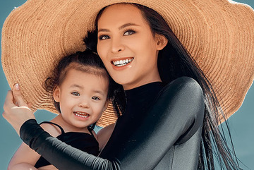Sang Lê và con gái 2 tuổi vui đùa trên bãi biển Phú Yên