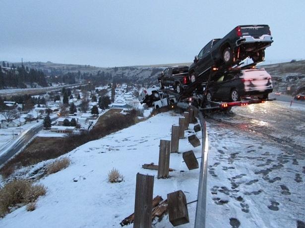 Chiếc xe tải chở 6 chiếc Chevrolet suýt lật nhào do đường trơn trượt
