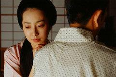 Cứ nghĩ cuộc sống làm dâu của vợ rất sung sướng, tôi sững người khi vô tình chứng kiến cảnh mẹ hất cả bát canh vào người vợ một cách tàn nhẫn