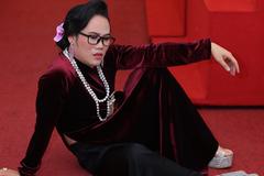 Vượng Râu hóa trang phụ nữ, ngồi 'bá đạo' khi mặc áo dài