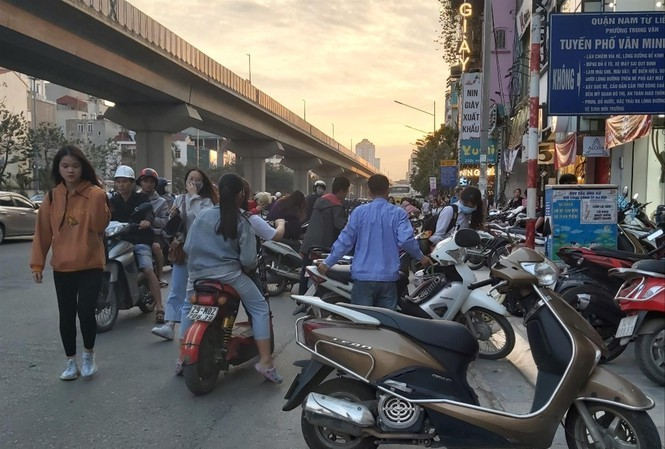 Hanoi pavements encroached as year-end shopping demand rises