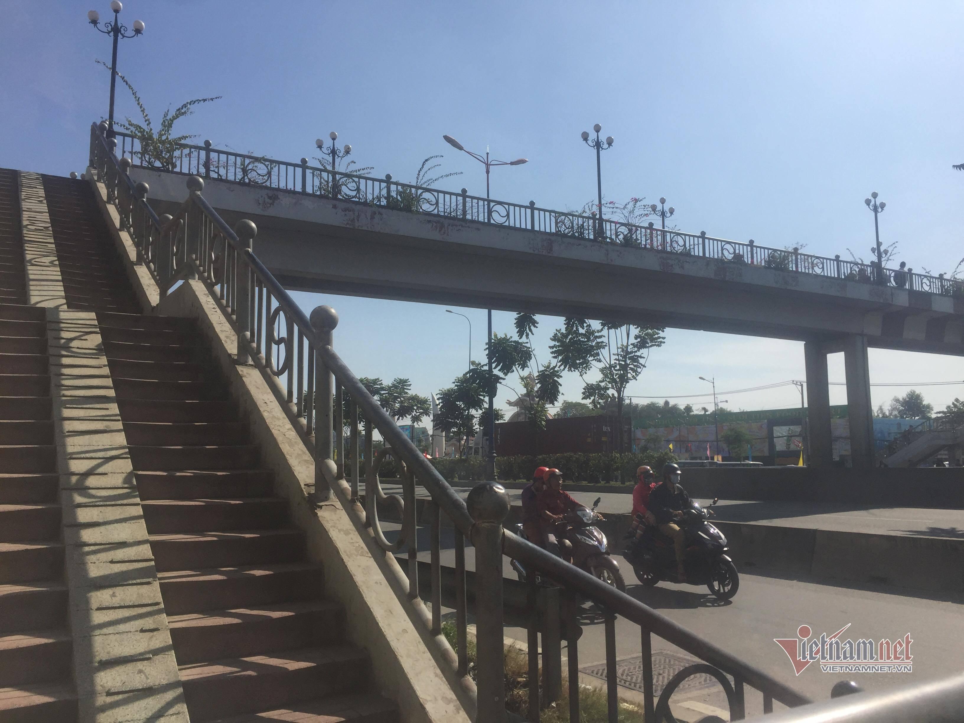Nữ sinh nôn ói rồi tử vong trên cầu bộ hành ở cửa ngõ Sài Gòn