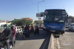 Xe buýt 'cưỡi' dải phân cách, hành khách hoảng loạn
