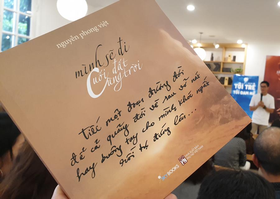 Nhà thơ bán 'vạn bản' nói về 'cuối đất cùng trời'