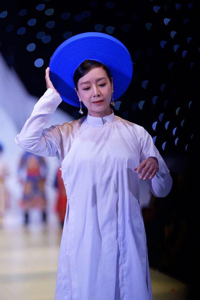 NSND Hoàng Cúc sánh vai cùng NSND Thu Hà diễn thời trang
