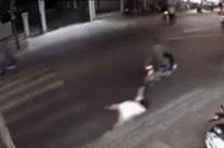 Clip: Khoác túi xách sang đường, cô gái bị đối tượng áp sát cướp giật ngã lê trên đường