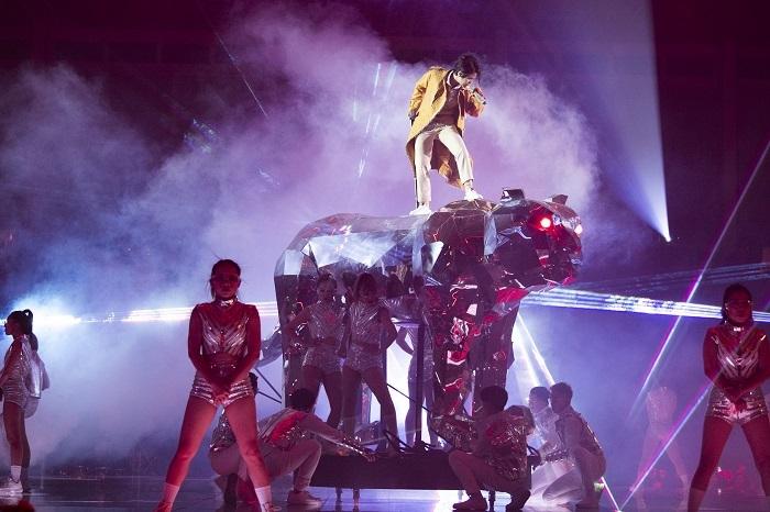 Vũ Cát Tường ngã khỏi sân khấu cao gần 2m khi đang biểu diễn