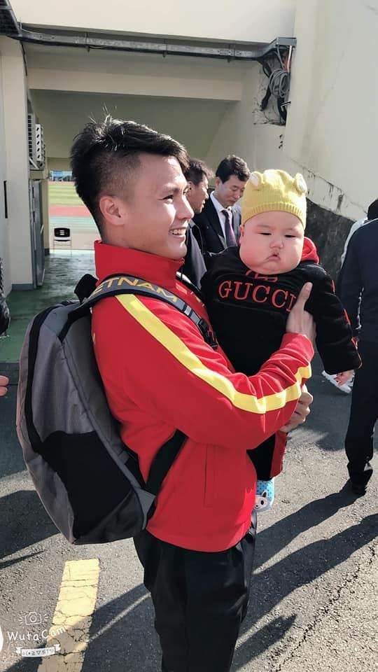 Em bé lai Việt - Hàn được Hà Đức Chinh, Quang Hải bế ở sân tập