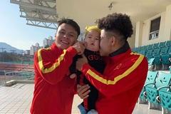 Em bé lai Việt - Hàn được Hà Đức Chinh, Quang Hải bế ẵm ở sân tập