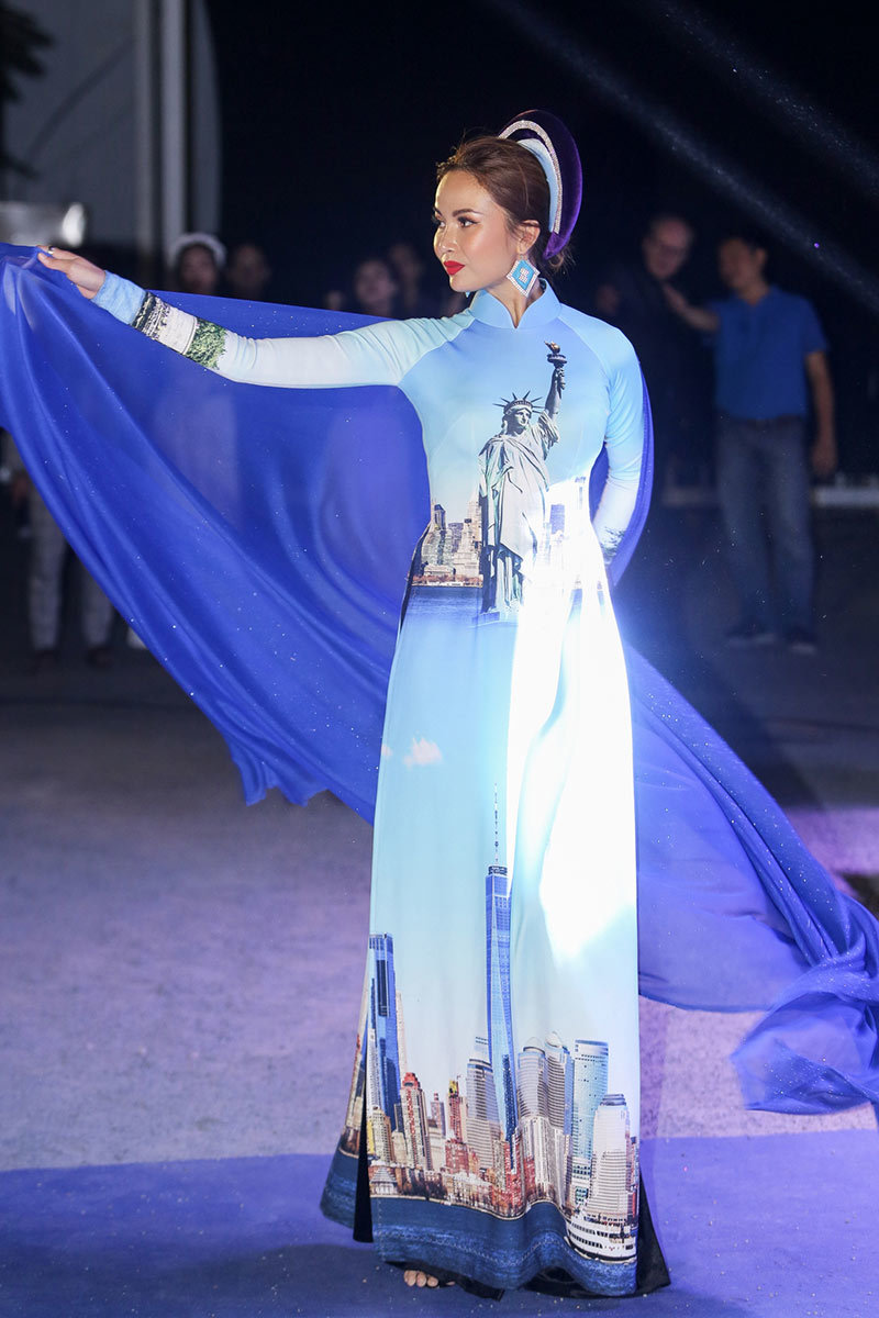 Người đẹp Việt rạng rỡ trong tà áo dài mang họa tiết độc đáo