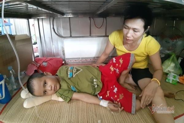"""Người mẹ nghèo đau xót vì được khuyên """"đưa con về chờ chết"""""""