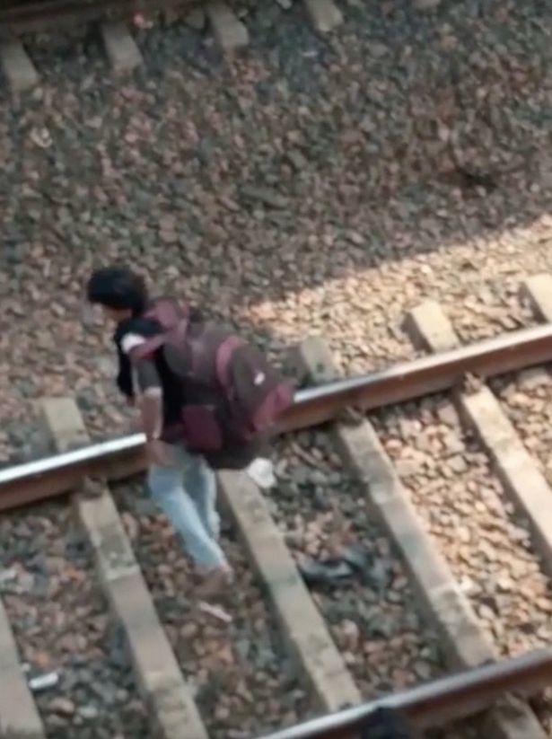 Thấy tàu hỏa lao tới, cậu bé nhanh trí làm điều này và thoát chết