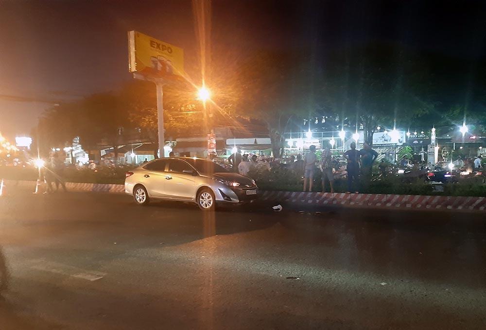 Xế hộp tông thanh niên đi xe máy bay qua đường ở Cần Thơ