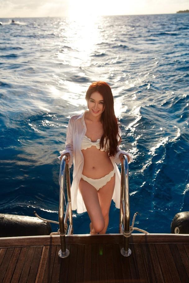 'Đát Kỷ' Ôn Bích Hà khoe vóc dáng nóng bỏng với bikini ở tuổi 53