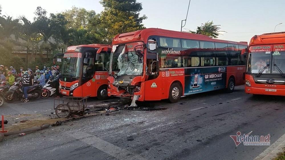 Xe khách đâm nhau vỡ nát lúc dừng đèn đỏ ở TP.HCM, 5 người bị thương