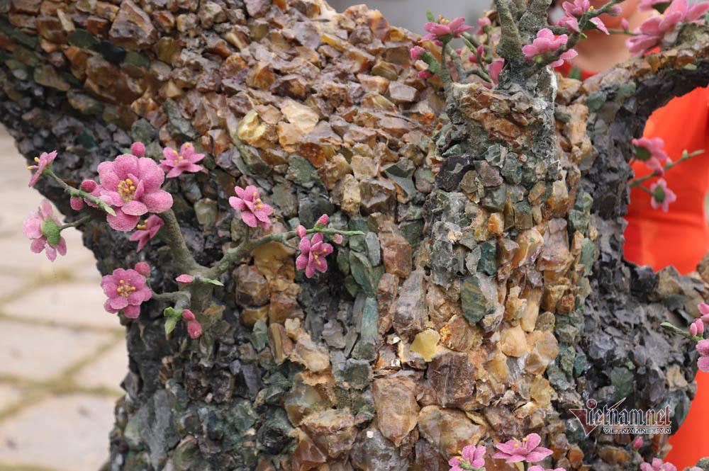 Nghìn viên đá quý lấp lánh trên cây đào Tết nửa tỷ