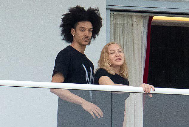Madonna âu yếm tình trẻ kém 35 tuổi tại ban công