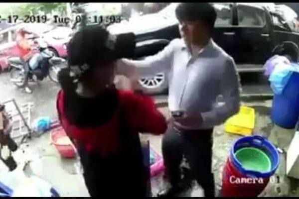 Tát phụ nữ giữa chợ, tài xế ở Hải Phòng bị chị em đánh lại tới tấp