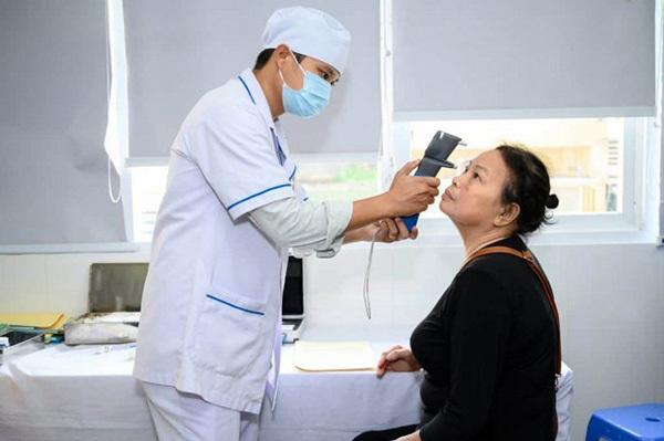 Bác sĩ kiểm tra mắt bệnh nhân tiểu đường