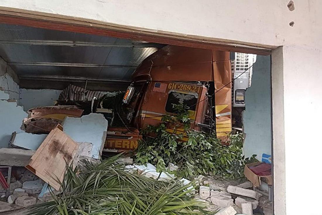 Xe container đâm sập tường nhà, húc vào giường 2 bé trai đang ngủ