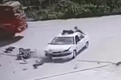 Ô tô tông xe máy, tài xế văng lên nóc xe