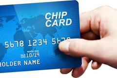 Nguy cơ mất tiền trong ATM gia tăng vì chậm chuyển thẻ từ sang thẻ chip