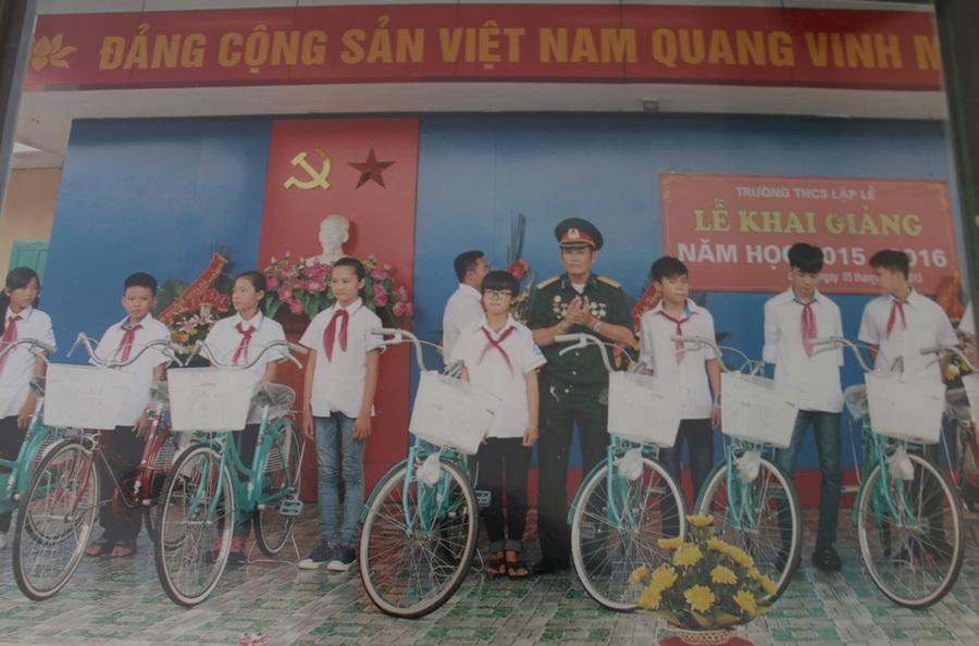 Cựu binh mua hơn 50 xe đạp tặng học sinh nghèo