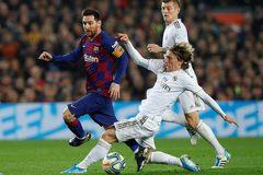 """Messi """"tắt điện"""", Barca hòa hú vía Real Madrid"""