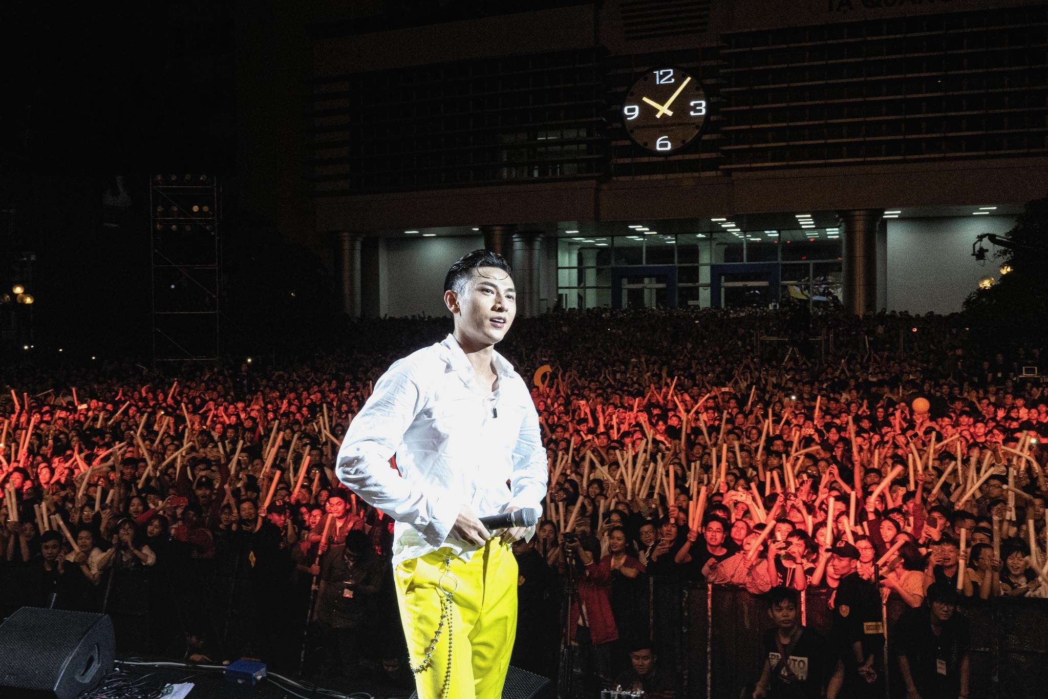 Isaac, Đen Vâu 'quẩy' ướt áo trước 40.000 sinh viên Hà Nội