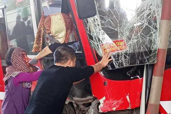 Xe khách đâm nát cabin trạm thu phí ở Thanh Hóa, 5 người bị thương