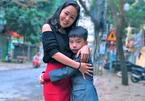 """Người mẹ """"giải cứu"""" con trai bị bắt nạt đến mức nghĩ phải tự tử"""