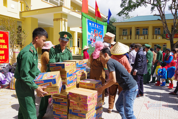 Bộ đội biên phòng Quảng Trị khám và cấp thuốc cho người dân vùng biên