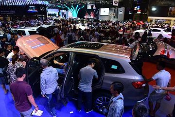 Hơn 80% xe nhập về không thuế, vì sao dân Việt vẫn phải mua xe đắt?