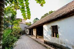 Độc nhất nhà cổ 300 tuổi làm từ gỗ lim, giữa vườn xanh mát mắt ở Hà Nội