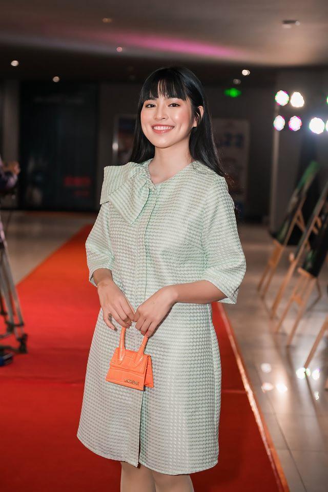 Phan Mạnh Quỳnh tình tứ ôm eo bạn gái hot girl ra mắt 'Mắt biếc'
